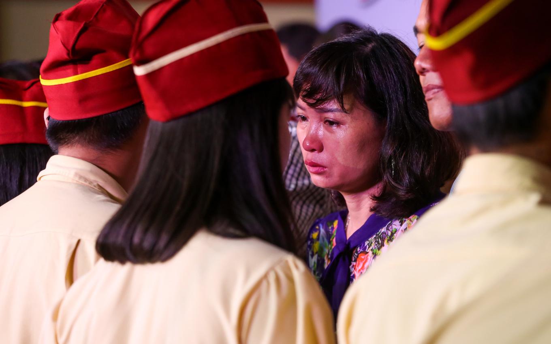 Học sinh ở Sài Gòn quỳ gối trước cha mẹ trong ngày ra trường