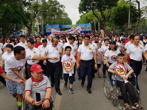 Phó Thủ tướng cùng người dân đi tuần hành. Ảnh:Gia Chính