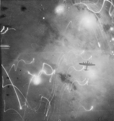 Máy bay Anh tấn công Hamburg năm 1943. Ảnh: Imperial War Museums.