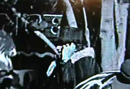Người phụ nữ cầm vật thể giống điện thoại di động trong DVD của Charlie Chaplin. Ảnh: Fox.