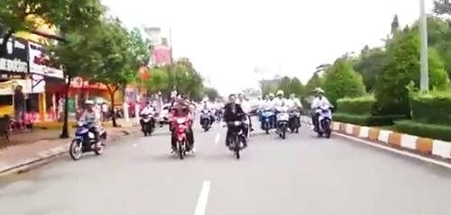 Chú rể (áo đen bên trái) biểu diễn cảnh bốc đầu xe. Ảnh: Cắt từ video.