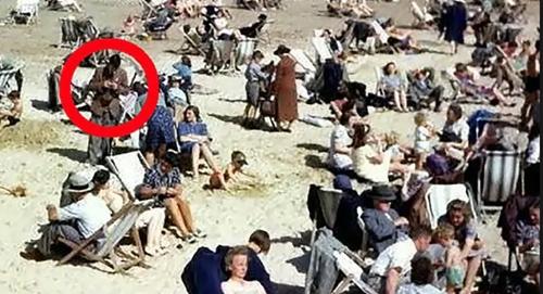 Người đàn ông cầm vật thể giống điện thoại di động trong bức ảnh năm 1943. Ảnh: news.com.au.