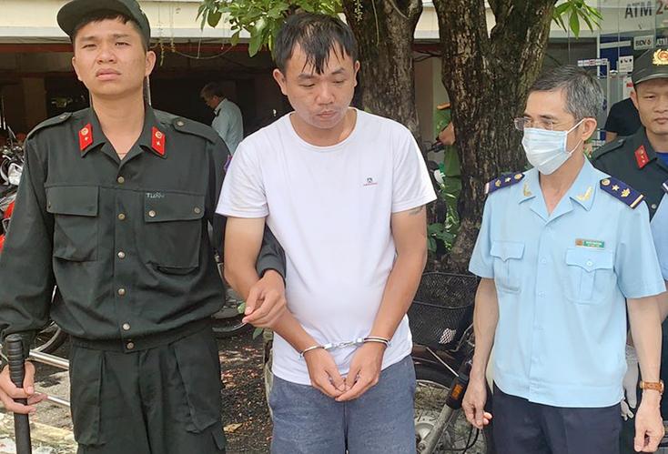 LiuMing Yang đứng xem ma tuý bị khám xét. Ảnh: Quốc Thắng.