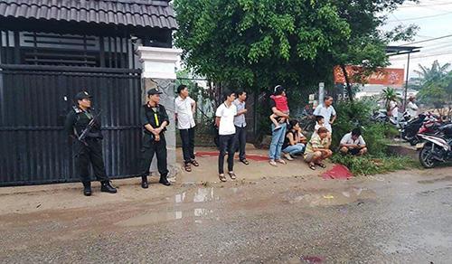 Cảnh sát bao vây kho hàng ở Bình Chánh. Ảnh: A.X