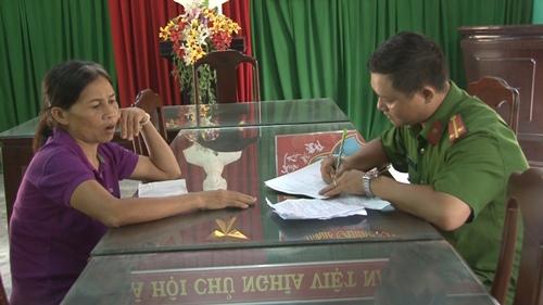 Bà Én tại trụ sở công an phường Hương Long. Ảnh: Công Quang