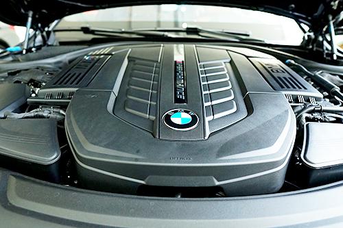 Sức mạnh động cơ V12 trên M760Li thay đổi linh hoạt nhờ hệ thống chuyển đổi chế độ vận hành DEC.