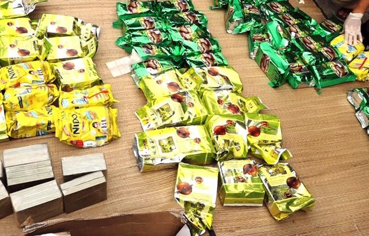 Số heroin ngụy trang trong các gói  trà và sữa bột. Ảnh: An Nam.