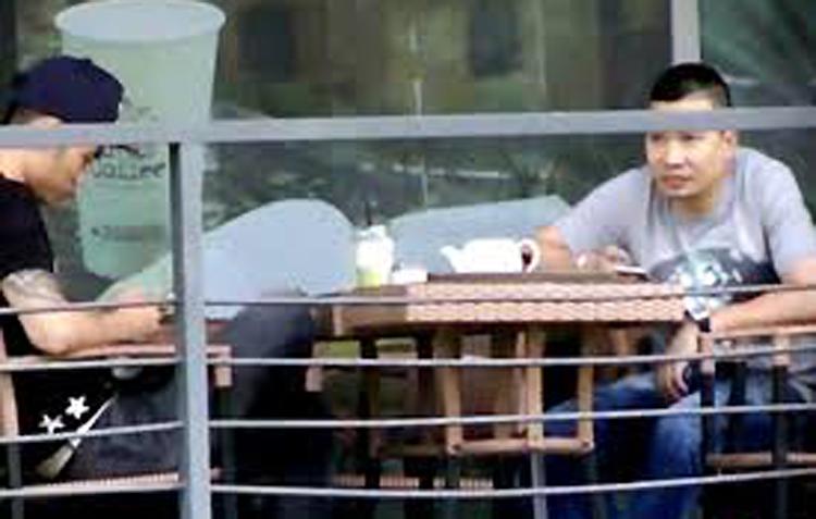 Văn Kính Dương (phải) trong lần bàn bạc với đàn em ở Sài Gòn. Ảnh: Công an cung cấp.