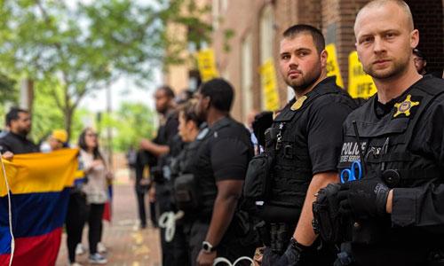Cảnh sát Mỹ ngăn cản các nhà hoạt động ủng hộ chính quyền Maduro bên ngoài đại sứ quán Venezuela ở Washington hôm 30/4. Ảnh: MintPressNews.