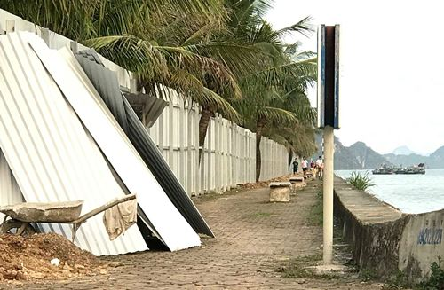 Khu vực đường ban biển đã đươc quây tôn để thực hiện dự án. Ảnh: Minh Cương