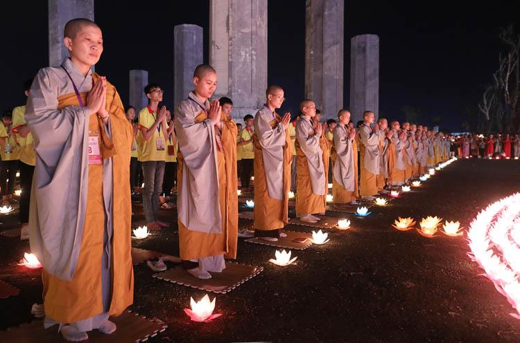 Lễ hoa đăng cầu nguyện hoà bình thế giới tại chùa Tam Chúc tối 13/5. Ảnh: Ngọc Thành.
