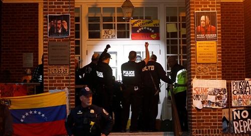 Cảnh sát Mỹ đột kích đại sứ quán Venezuela hôm 13/5. Ảnh: Reuters.