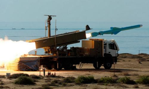 Tên lửa Qader rời bệ phóng trong đợt tập trận năm 2012. Ảnh: ISNA.