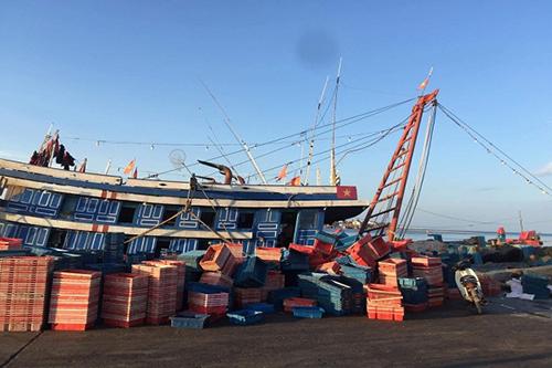 Tàu cá nơi các ngư dân bị ngạt khí. Ảnh: Quang Hà