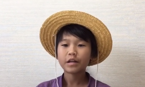 Yutabon ngồi nói chuyện trước ống kính, khuyên mọi người bỏ học nếu muốn. Ảnh chụp màn hình Youtube
