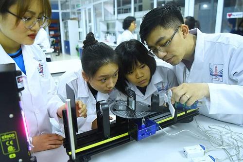 Học sinh thực hành các môn STEM ở trường Nguyễn Siêu. Ảnh: Giang Huy