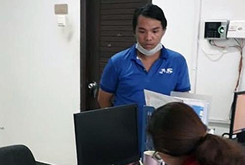 Nhặt được cọc tiền, Hiền liền đến trình báo ban quản lý chung cư. Ảnh: Huy Đoan.