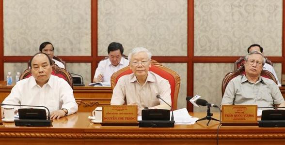 Từ trái qua: Thủ tướng Nguyễn Xuân Phúc, Tổng bí thư, Chủ tịch nước Nguyễn Phú Trọng, Thường trực Ban bí thư Trần Quốc Vượng. Ảnh: TTX