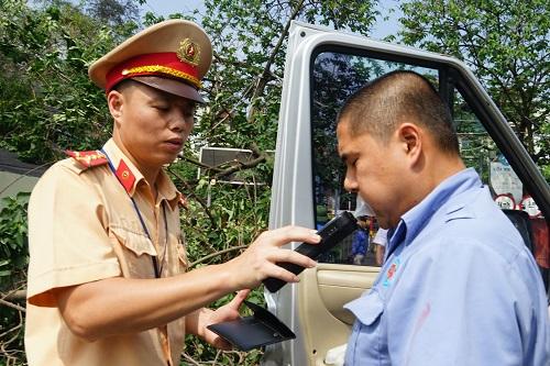 Hà Nội kiểm tra nồng độ cồn, ma túy của tài xế tại bến xe - ảnh 2