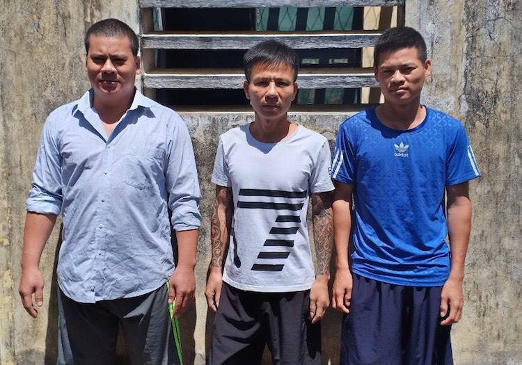 Trần Văn Mạnh (đứng giữa) cùng đồng phạm. Ảnh: Nguyễn Hải.