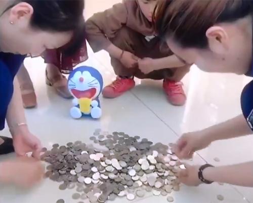 Bé trai Trung Quốc dùng hàng trăm đồng xu tiết kiệm mua nhẫn tặng mẹ - ảnh 2
