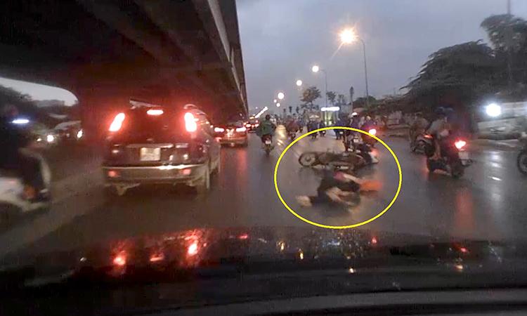 Xe máy đâm người đi bộ ngã sòng xoài trước đầu ôtô