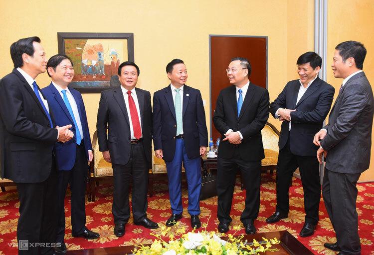 Bộ trưởng Chu Ngọc Anh (thứ ba từ phải qua) trao đổi cùng lãnh đạo các bộ, ngành sáng 15/5. Ảnh: Giang Huy.