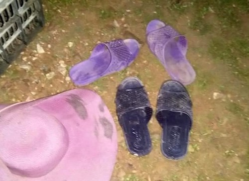 Hai đôi dép của nạn nhân bỏ lại tại bờ đập.