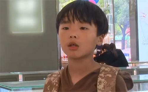 Bé trai Trung Quốc dùng hàng trăm đồng xu tiết kiệm mua nhẫn tặng mẹ - ảnh 1