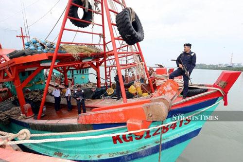 Một trong hai tàu cá Việt Nam bị bắt ở Malaysia hôm 11/5. Ảnh: NST.