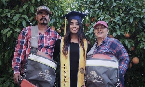 Nữ sinh Mỹ gây xúc động với bức ảnh chụp cùng bố mẹ nông dân - ảnh 1