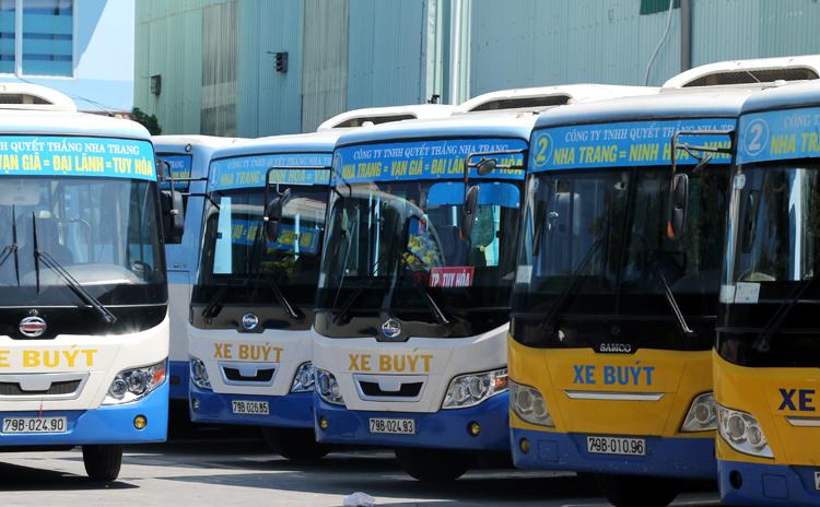 Tài xế đồng loạt đình công, nhiều xe buýt ở Nha Trang nằm trong bãi. Ảnh: Xuân Ngọc.