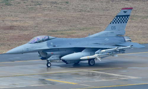 Một tiêm kích F-16 Mỹ mang vũ khí và thùng dầu phụ. Ảnh: USAF.