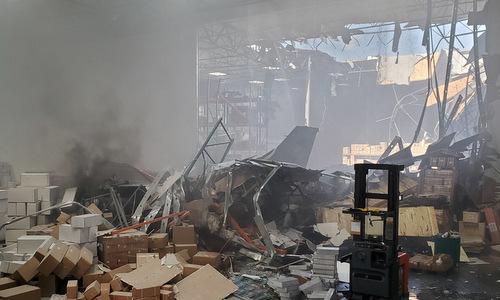 Xác máy bay nằm giữa đống đổ nát trong nhà kho. Ảnh: Twitter.