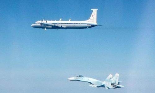 Máy bay tác chiến điện tử Il-20 và tiêm kích Su-27 Nga bay trên Biển Baltic. Ảnh: RAF.