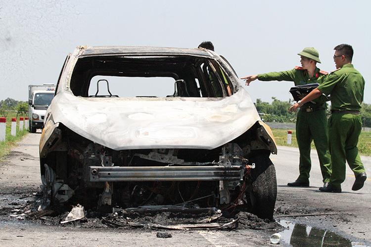 Ôtô 5 chỗ bị cháy rụi. Ảnh: Đức Hùng