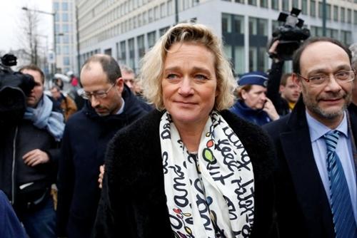 Delphine Boel xuất hiện cùng luật sư (phải) sau một phiên tòa ở Brussels năm 2017. Ảnh: Reuters.
