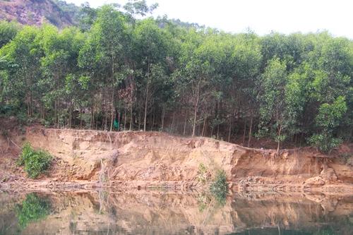 Thượng nguồn sông Bồ bị sạt lở nghiêm trọng do khai thác cát. Ảnh: Võ Thạnh