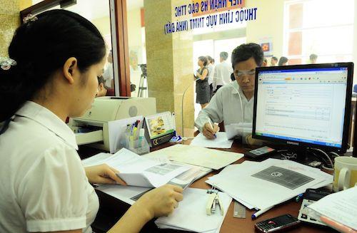 Người dân đi làm thủ tục hành chính tại Hà Nội. Ảnh: Xuân Hoa.