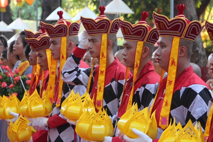 Hàng nghìn người rước Phật trên đường phố ở Huế