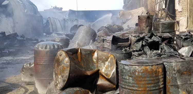 Hiện trường vụ cháy có nhiều thùng phuy đựng hoá chất. Ảnh: Giang Chinh