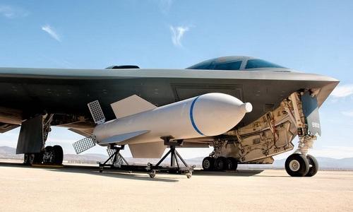 Oanh tạc cơ B-2 cùng một quả GBU-57. Ảnh: USAF.