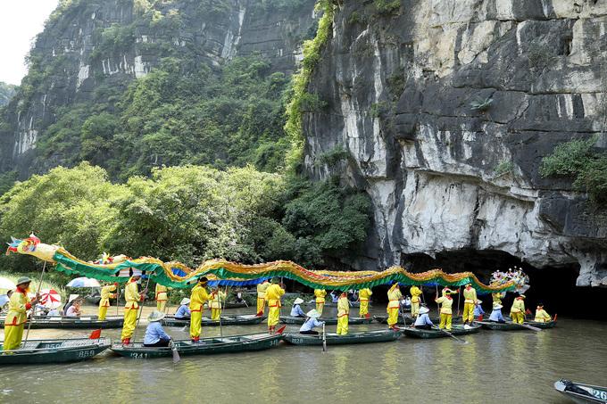 Hàng trăm thuyền rước rồng trên sông ở Tam Cốc