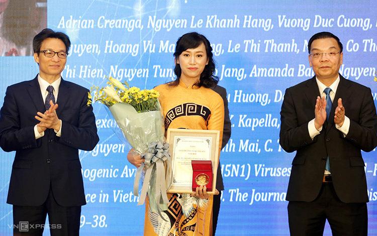 PGS Nguyễn Lê Khánh Hằng nhận giải thưởng.
