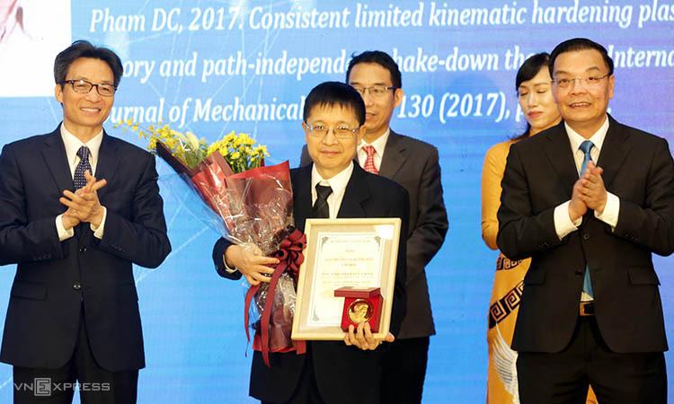 PGS Phạm Đức Chính nhận giải thưởng.