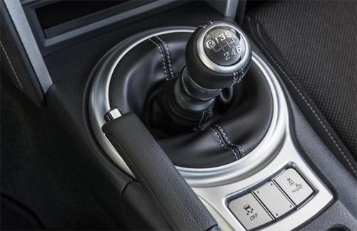 Cần số sàn trên xe thể thao Toyota 86.