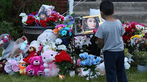 Góc tưởng niệm nạn nhân Ochoa-Lopez bên ngoài ngôi nhà mà cô bị sát hại ở thành phố Chicago. Ảnh: Facebook