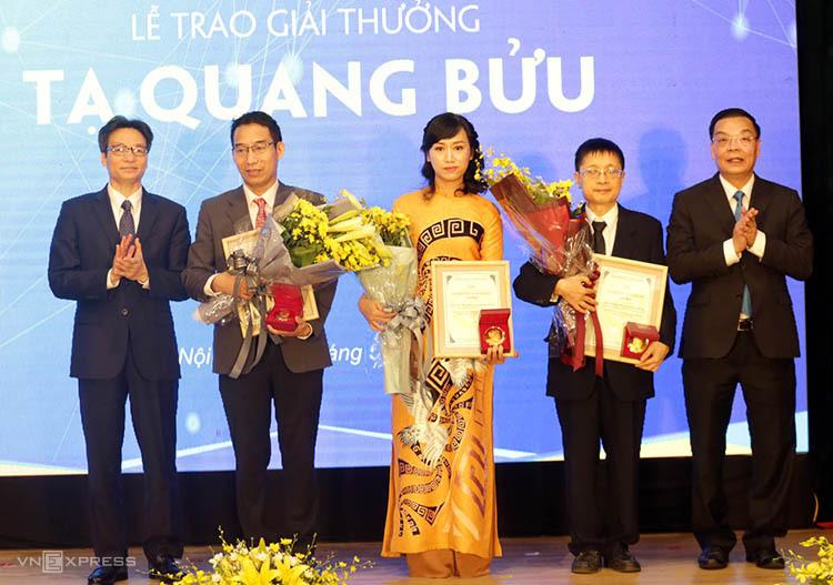 Phó Thủ tướng Vũ Đức Đam (bìa trái), Bộ trưởng Chu Ngọc Anh (bìa phải) trao giải cho ba nhà khoa học. Ảnh: Anh Tuấn.