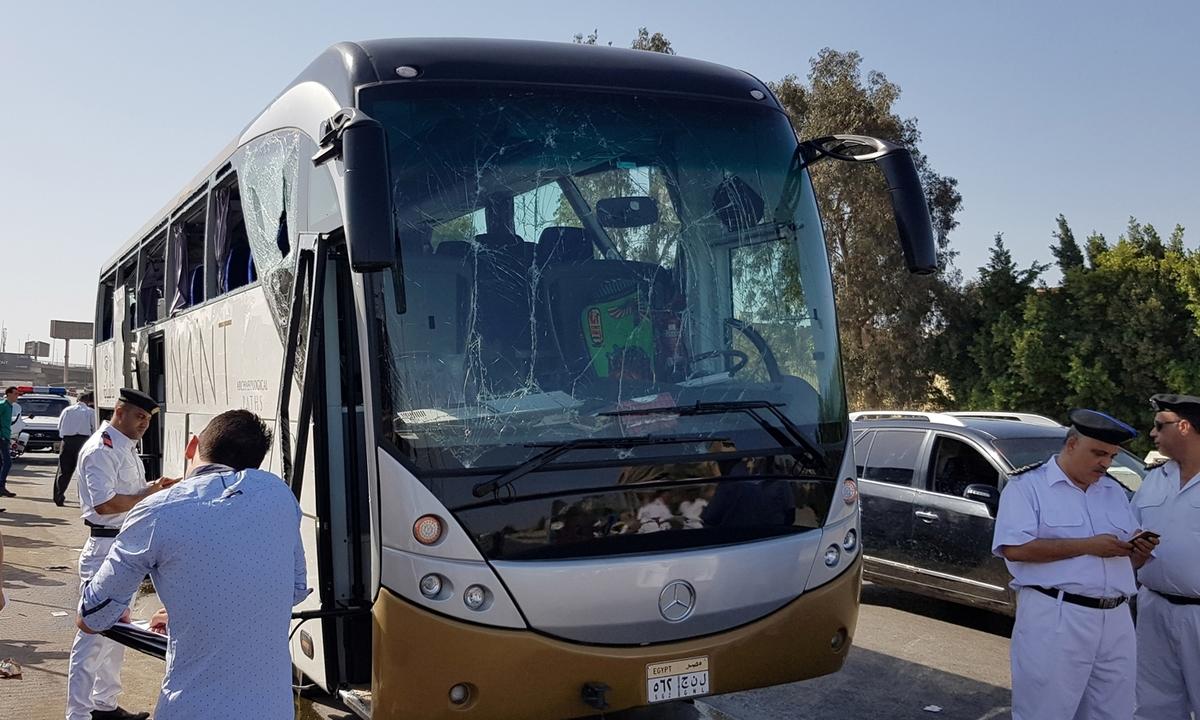 Xe buýt chở du khách trúng bom ở Ai Cập, 12 người bị thương -