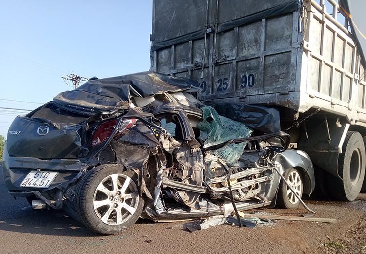 Chiếc ôtô con biến dạng, kẹt ở đuôi xe tải. Ảnh: Trần Hóa.